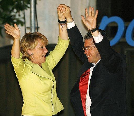 0.  Granados, bailando con Aguirre al ser elegidos presidenta y diputado de la Comunidad de Madrid.