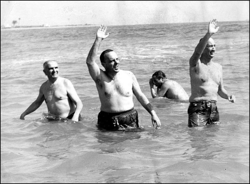 Fraga y el embajador Angier Biddle Duke bañándose en Palomares